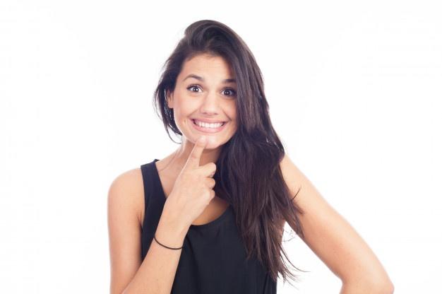 Zakaj se je dobro odločiti za nevidni zobni aparat invisalign?