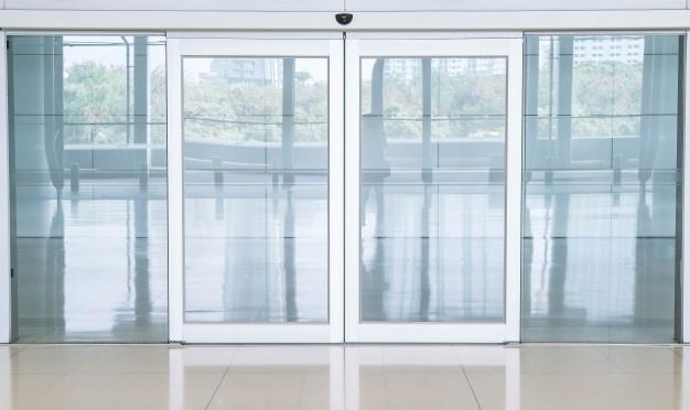 Steklena notranja vrata s prikupno poslikavo