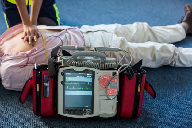 Defibrilator lahko oživi veliko ljudi