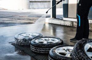 Visokotlačni čistilnik je pri čiščenju okoli hiše vsestransko uporaben.