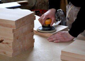 Brusilnik omogoča fino brušenje lesenih elementov.